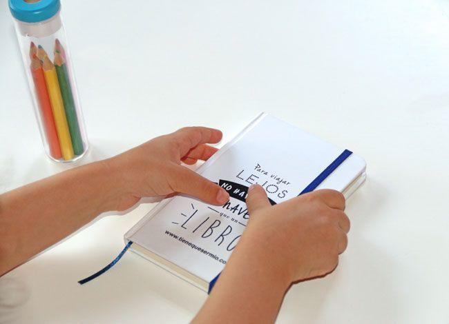 """Libreta de cartón con Slogan """" Para viajar lejos no hay mejor nave que un libro""""."""