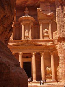 Ein Highlight der Felsenstadt Petra ist die Schatzkammer, die ihr euch auf keinen Fall bei einem Besuch entgehen lassen solltet! #Petra #Jordanien #Schatzkammer #erlebeFernreisen