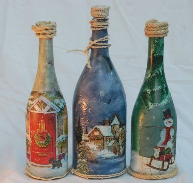 tres diferentes estilos de botellas decoradas con motivos navideos