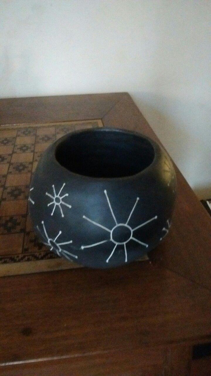Cuenco de cerámica. Engobe negro esgrafiado