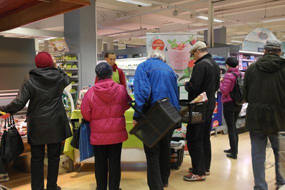 Tampereen Kuninkaankulman Supermarketissa Green Canderel Stevialla makeutettu smoothie maistui sekä pienille että isoilel.