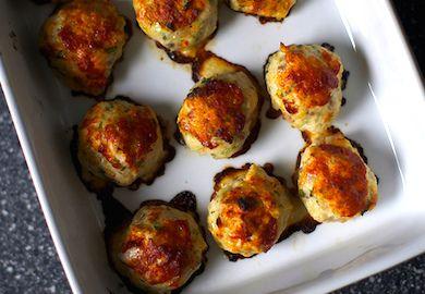Fırında Tavuk Köftesi, kalori konusunda fakir ancak lezzet konusunda pek çok tarifi sollayıp geçen bir lezzet. Pratik yapımı ve malzemeleri şöyle;