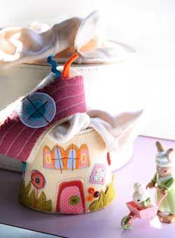 Casetta portapigiama da tenere nel lettino. Realizzata in feltro con inserti di stampati fantasia