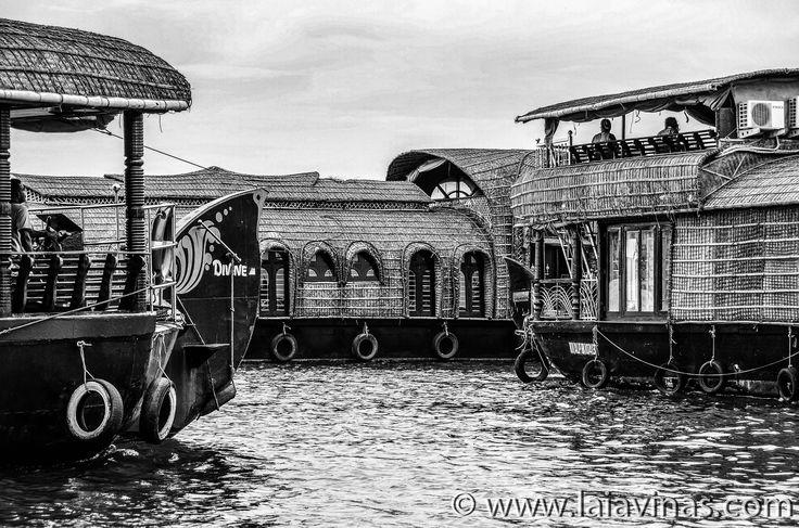 Los Ketuvallam son barcos tradicionales que en su época se dedicaban al transporte de arroz y estaban perfectamente adaptados a las singularidades orográficas de los Backwaters.  #RTW #nikon #TTOT #TravelAddict #india #asia #oneyeartrip  https://laiavinas.com/reportajes/viajes/india-2015/