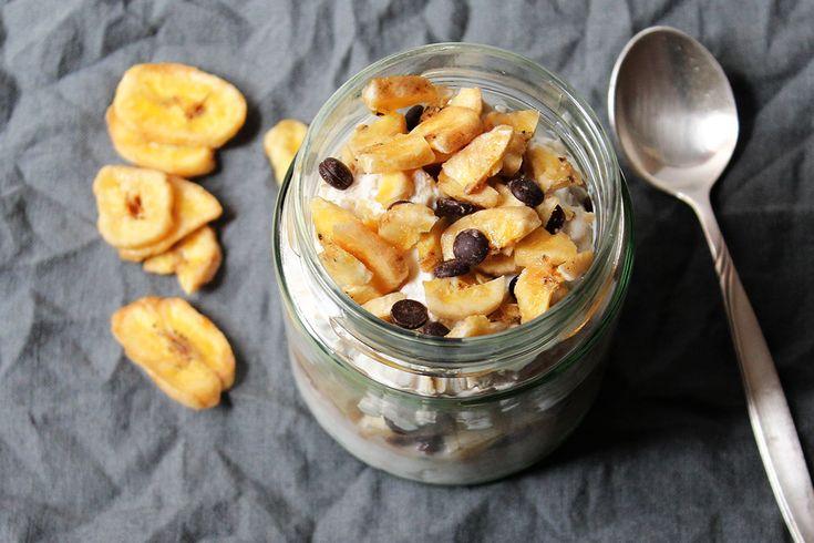 Bananenoats mit Schokolade und Bananenchips