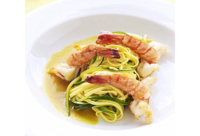 Gebakken scampi met tagliatelle van courgette en pasta