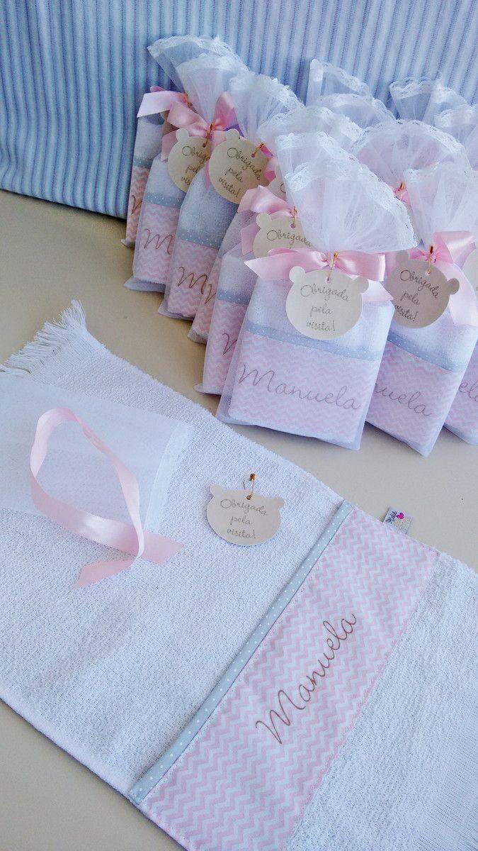 Lembrancinha toalhinha de mão, com barrado de tecido que pode ser a escolha da mamãe, personalizada com o nome do bebê, embalada em saquinho de organza com rendinha e lacinho em fita de cetim, acompanha TAG em formato da cabeça de ursinho, ou se preferir tag redonda.  dimensões da toalha em 100% ...