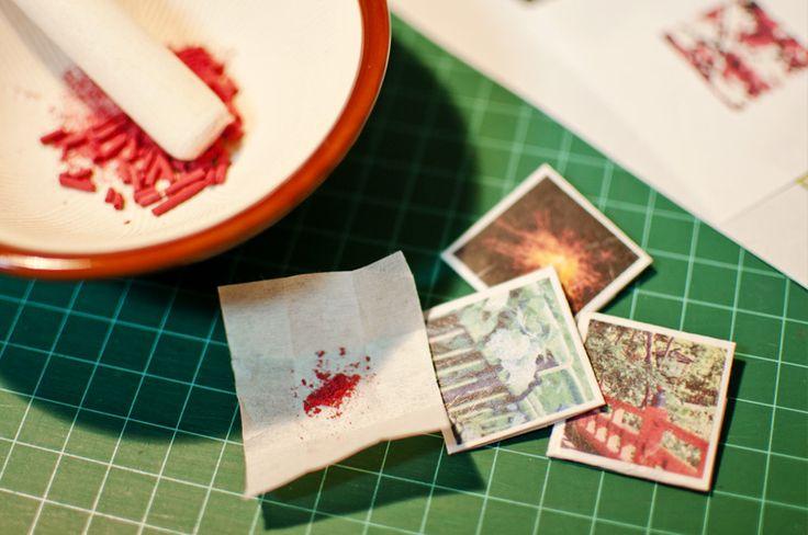 Coco*Connonで活動する前から作り続けてきた紙雑貨たち。もともと細かい紙モノが好きで、自分でも作れないかなあと思ったのがきっかけです。写真を切り抜いてコラージュしたり、消しゴムはんこをスキャンしたり。カットは家庭用カッティングマシー