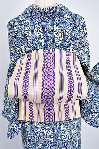 象牙色に気品ただよう紫で織り出された独鈷と華皿の献上縞が凛と美しい紗の夏の開き名古屋帯です。