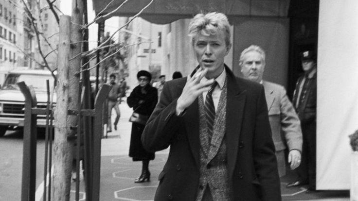 ¿Cuánto le debe la obra de Bowie a las largas horas caminando en la ciudad? David Bowie caminó primero por prescripción, luego por placer, finalmente por necesidad.