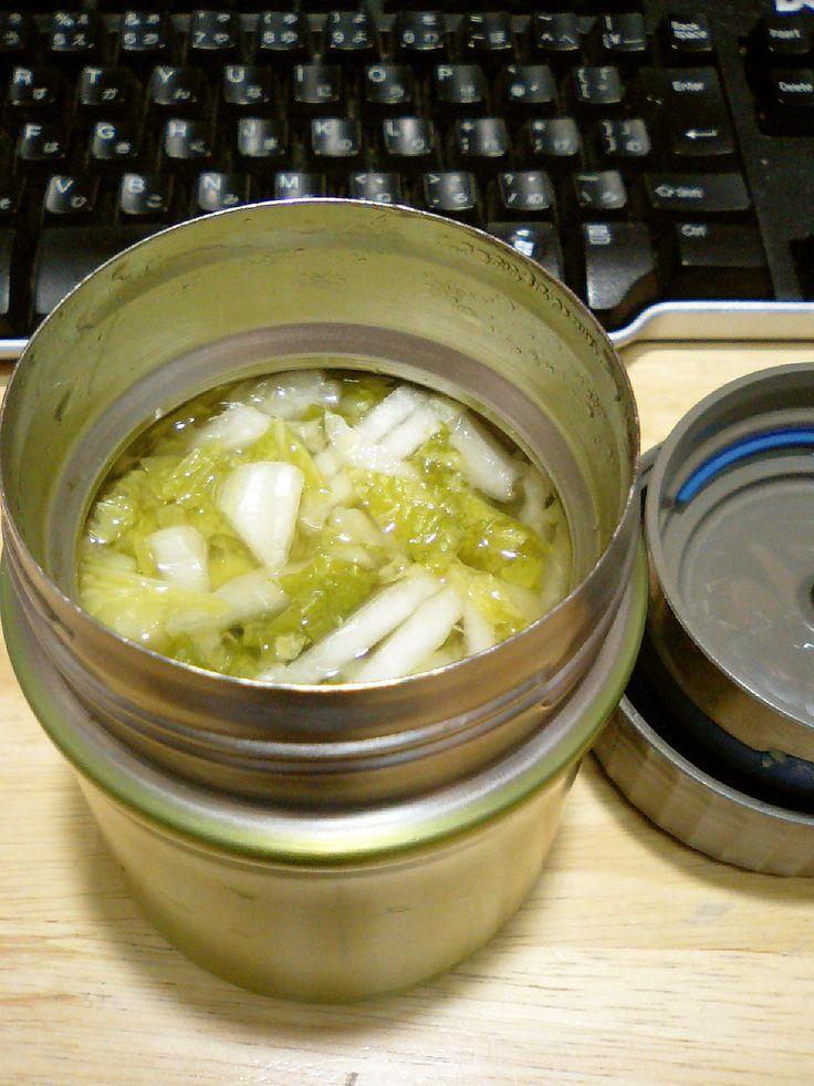 お弁当に熱々のヘルシーなオートミール入りのスープ。 野菜は残り野菜を入れるだけ。サーモスが勝手にエコ保温調理してくれます。材料 (一人分) オートミール 30gから40g コンソメのもと 小さじ1  野菜(千切りにする) 容器に入るだけいっぱい。沸騰したお湯 容器に入るだけ。作り方 1 材料を全てサーモスのフードコンテナーに入れて熱々の沸騰したお湯を注ぎすぐ蓋をする。2  4時間後のランチタイムには温かいオートミールスープ粥の出来上がり。食べる前には、全体を良くかき混ぜる。3 写真の野菜は白菜を千切りにしたものです。残り野菜なら何でもOK. 根菜類も千切りにすればびっくり煮えてしまいます。4 当然ですが、オートミールを少なくすればスープに、多ければお粥になります。コツ・ポイント 時間があれば:熱湯を空の容器に入れて予め温めておくとよい。2-3分して容器が温まったら、そのお湯は捨てます。レシピの生い立ち…