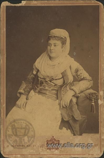 Πορτραίτο γυναίκας. ΤόποςΑθήνα Χρονολογία1880 c. Αρχείο/ΣυλλογήΓΕΝΙΚΟ ΑΡΧΕΙΟ 19ος ΠεριγραφήΛήψη σε στούντιο. Γυναίκα με παραδοσιακή ενδυμασία, καθισμένη σε καρέκλα. ΘέματαΠΟΡΤΡΑΙΤΑ ΕΝΔΥΜΑΣΙΕΣ, ΠΑΡΑΔΟΣΙΑΚΕΣ ΔημιουργόςΜωραΐτης, Πέτρος και Σία Αθήνα