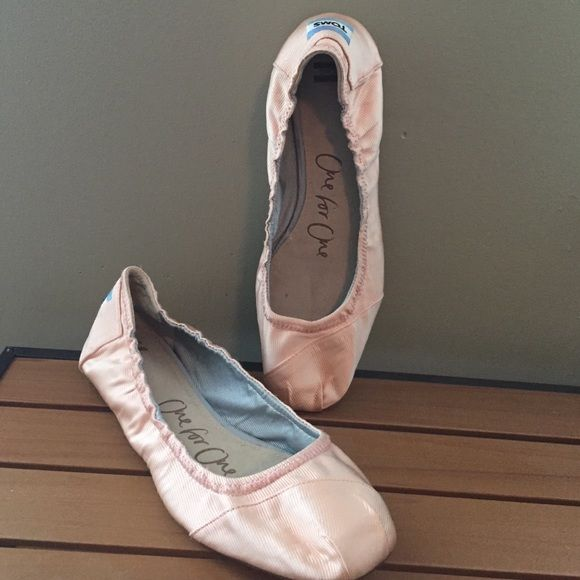 Toms ballerina flats Adorable pink Toms. Only worn twice! Shoes Flats & Loafers