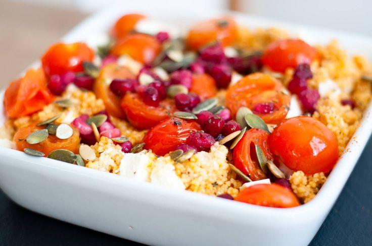 Breng een laagje water met het bouillonblokje aan de kook en bereid de couscous volgens de verpakking.   Snijdt de feta en de tomaatjes in stukjes. Snijdt ook de granaatappel door midden en verwijder de pitjes (dit kan makkelijk door met een pollepel op de granaatappel te kloppen).   Roer de couscous met een vork los en maak het op smaak met munt, paprika, kurkuma, peper en zout. Garneer het gerecht met de cherrytomaatjes, feta, granaatappelpitjes, een scheutje olijfolie en de…