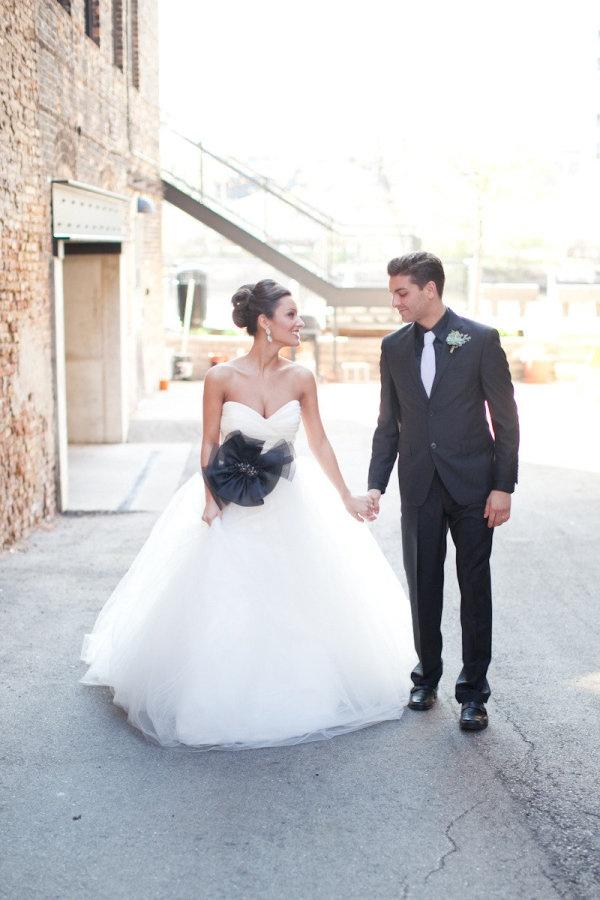 Deze bruid en bruidegom zijn niet alleen zwart en wit gekleed, ook alle accessoires zijn in deze kleuren gekozen.