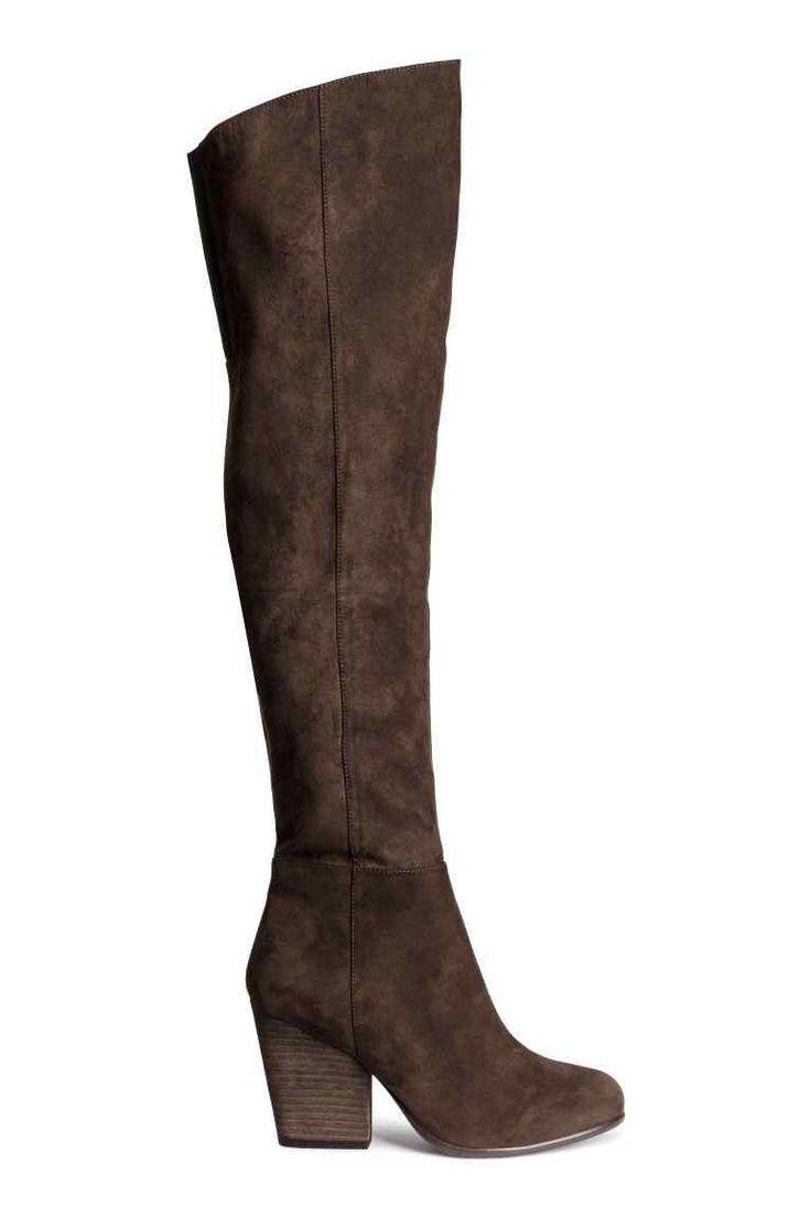 Bottes montantes: Bottes de hauteur genou en imitation daim. Demi-fermeture à glissière sur le côté et élastique en haut. Talon 9,5 cm environ. Semelle caoutchouc.