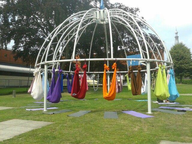 Wat een vrolijke regenboog van hangmatten. Of toch tissue voor aerial yoga? | Boomhutaanzee.nl