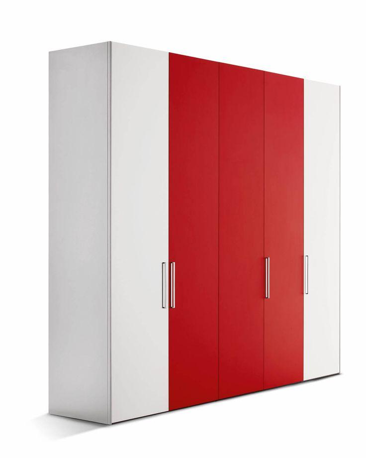 È formato da cinque colonne il guardaroba 16.32 di Flou caratterizzato dalle ante a battente Style con la superficie antigraffio da scegliere fra cinque varianti di colore: grigio scuro, sabbia, bianco, blu e rosso; è dotato di maniglie in metallo cromato lucido