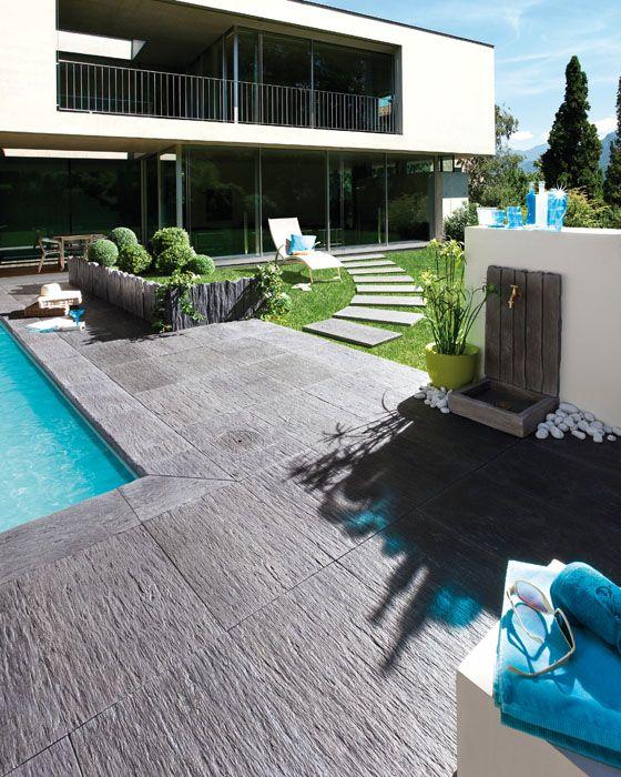 Ardoisière est une dalle en pierre reconstitutée de couleur anthracite qui donnera un style raffiné et moderne à votre aménagement extérieur.