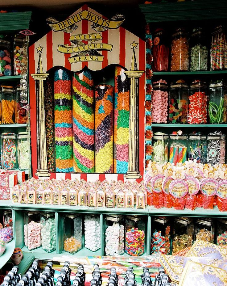 HARRY POTTER AND THE PRISONER OF AZKABAN, Bertie Bott's Every Flavour Beans at Honeyduke's candy store, 2004, © Warner Brothers