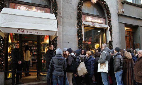 Sabato pomeriggio unico con Fedez, nello store Cruciani C di via Manzoni 19, a Milano. Ha firmato autografi, fatto foto, salutato le fans con il sorriso.http://www.sfilate.it/214167/bagno-di-folla-per-la-musica-di-fedez-da-cruciani-milano