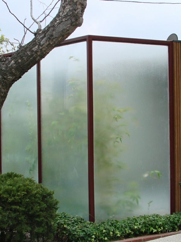moderne gartenz une aus plexiglas und holz abgrenzungen. Black Bedroom Furniture Sets. Home Design Ideas