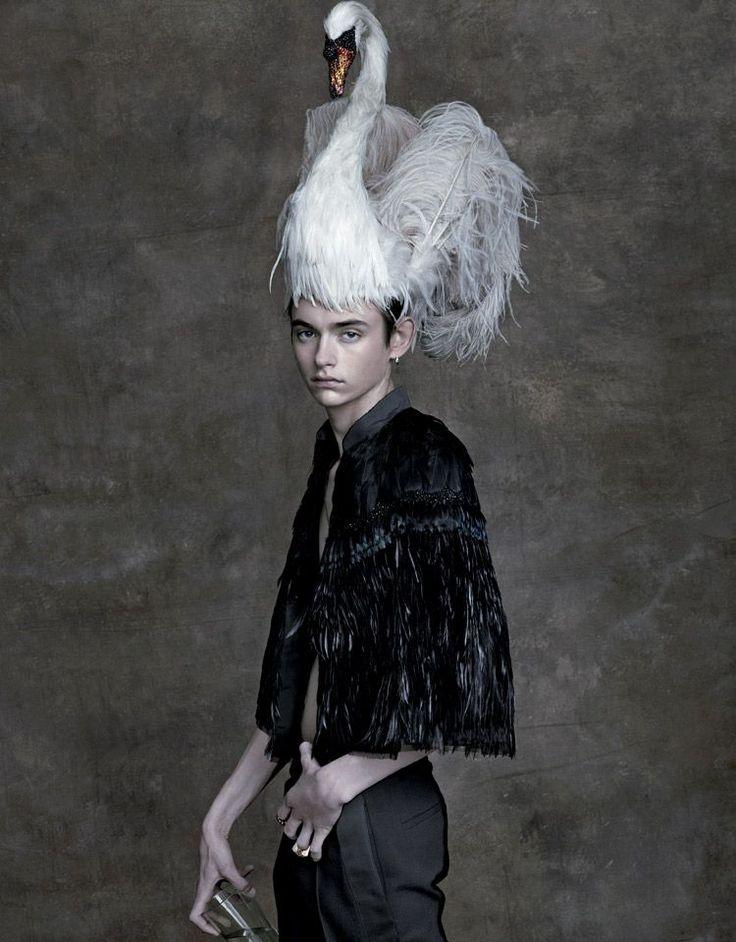 センシュアルな黒や色鮮やかでパワフルなドレス、タキシードに白鳥など華麗なマスクを身につけ、7人のモデルたちが繰り広げたのは、エキセントリックな仮面舞踏会。PHOTOGRAPHED BY ALBERT WATSONSTYLED BY SISSY VIAN AND PAUL SINCLAIRE
