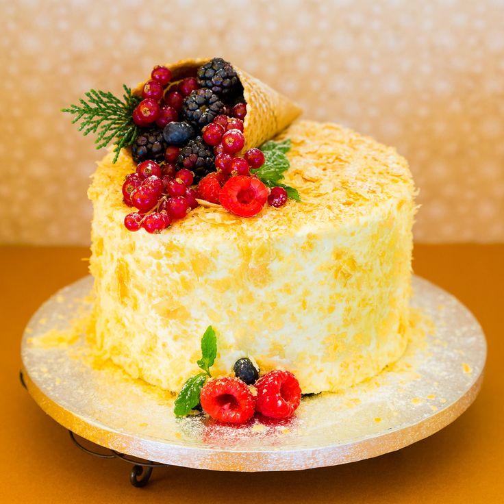 Carrot cake με στρώσεις cream cheese frosting και νιφάδες γλυκιάς σφολιάτας!