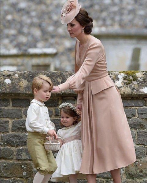 Kate Middleton está de rosa, de Alexander McQueen - a princesa Charlotte e o princípe George estão muito fofos, né?