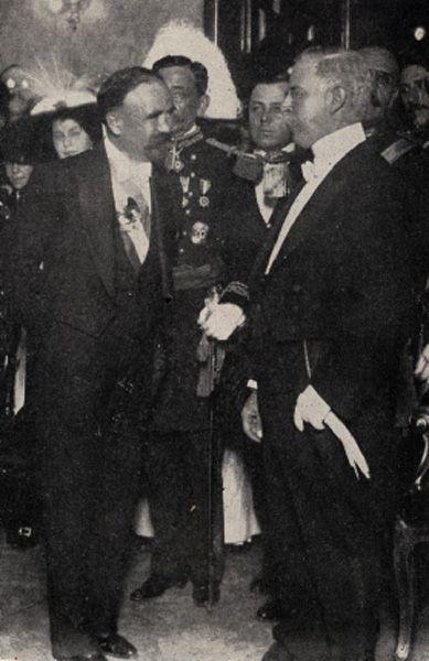 El presidente interino Leon de la Barra ... despues de la caida de Porfirio Diaz .... entrega el poder a Francisco I. Madero 6 de Nov. 1911