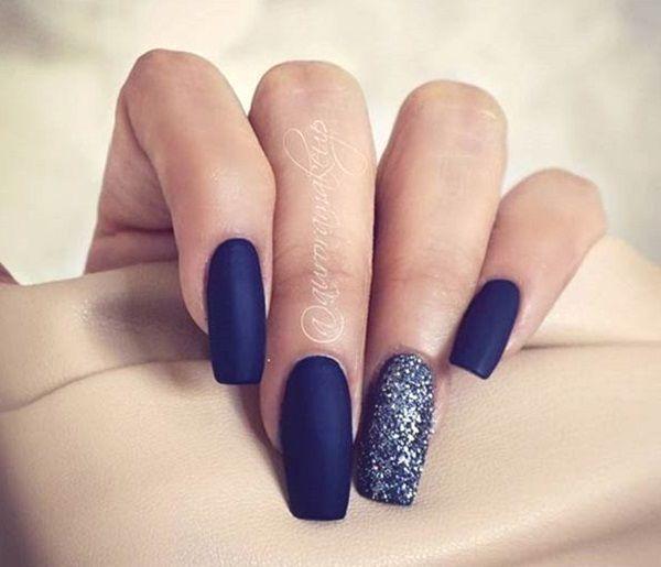 Ein Weiterer Elegant Aussehender Dunkelblauer Nagelkunstentwurf In Mattpolitur Die Kombinat Diy Nage Blue Nail Art Designs Dark Blue Nails Blue Nail Art