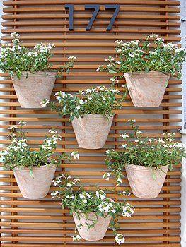 Simple Things: Que tal vasos de flores na parede? É uma dica òtima para espaços pequenos