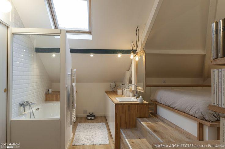 Dans les combles de cette petite maison à Ivry-sur-Seine, les propriétaires ont installés leur chambre, leur salle de bain, un dressing ainsi qu'un petit espace bibliothèque. Tout a été agencé sur mesure pour ne perdre aucun m2!