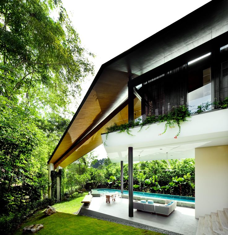 A tropical house in Singapore where the overlapping roof takes the stage.