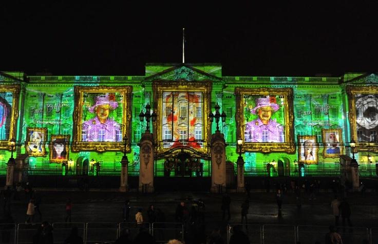 El Palacio de Buckingham se llena de luz y color en el 86º cumpleaños de la reina Isabel #photography #london
