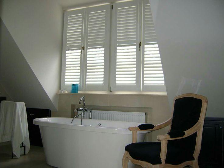 shutters w kolorze białym, montowany na skrzydle okiennym z widoczną klamką. Realizacja Gama Styl