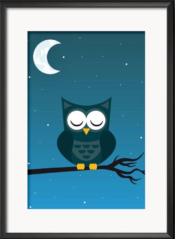 Poster A4 met slapende uil in maan licht. Dit lieve slapende uiltje droomt heerlijk samen met je kindje de mooiste dromen! Leuke poster voor op de kinderkamer & babykamer Geprint op 250 grams papier met matte afwerking. verzonden als brievenbuspost.