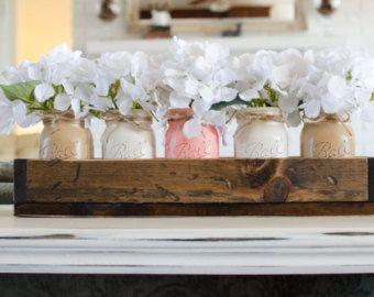 Pieza central sala comedor rústico. Jardinera rústica caja con decoración de Jars.Wedding de albañil pintado. Centro de mesa. Crema. Decoración de casa rústica.