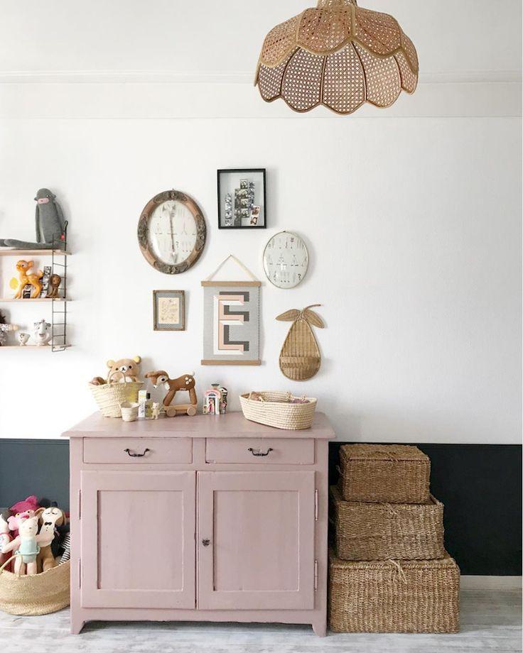 Chambre d'enfant avec mur moitié blanc et bleu, rangements roses et meubles en rotin …   – Kids Kids Kids