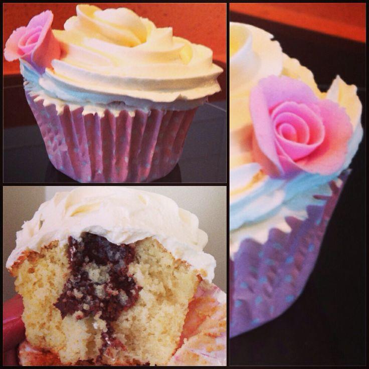 Cupcake de vainilla relleno de Nutella y flor de fondant de decoración