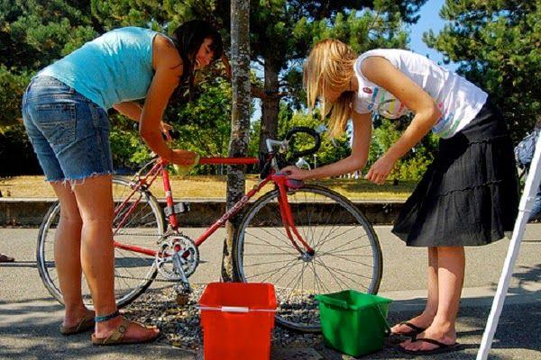 Merawat Sepeda Fixie - Sepeda kini banyak digemari oleh masyarakat di Indonesia tak hanya digunakan sebagai olahraga namun sebagai alternatif alat transportasi. Munculnya sepeda fixie ini dapat merubah beberapa orang yang awalnya tak menyukai bersepeda kini menjadi senang melakukan olahraga ini.