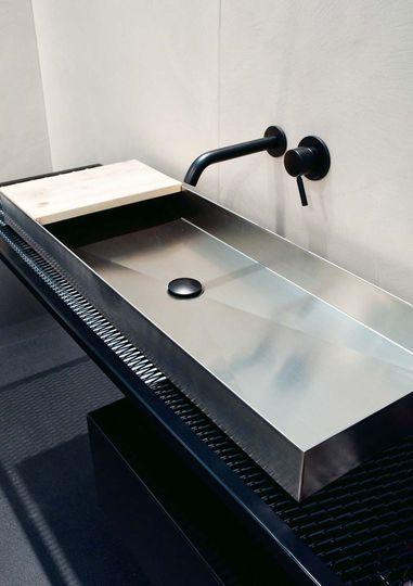 Un lavabo en inox - 14 meubles de salle de bains design - CôtéMaison.fr