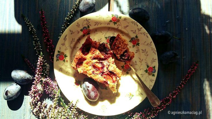 Przepisem na to genialne ciasto ze śliwkami postanowiłam podzielić się z Wami dzisiaj - niech cieszy Was i Wasze rodziny tak bardzo, jak cieszy moją! :)