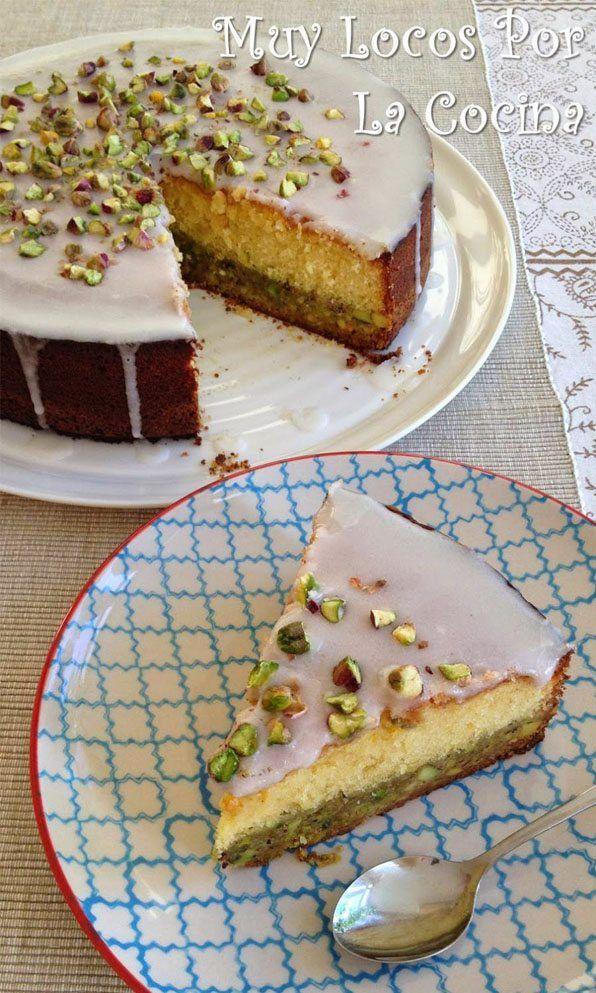 pastel con base de pistacho, bizcocho de limón y glaseado de limón con trozos de pistacho. Deliciosa combinación para desayunos y meriendas.