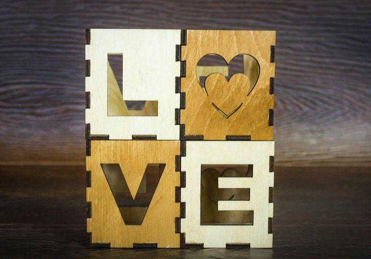 """Если вы хотите устроить своему другу романтический вечер, то без маленьких свечей вам не обойтись. Кубики подсвечники """"LOVE"""" помогут создать вам гармоничную атмосферу любви и нежности.  В подсвечниках хорошо разместятся небольшие свечи-таблетки, а через окошечки с вырезами в виде букв будет мерцать пламя свечи. И слово """"LOVE"""" заиграет своим теплым цветом и еще раз напомнит вашему другу о самых прекрасных и высоких чувствах.  Кубики четырехсторонние на каждой стороне кубика указанна одна из…"""