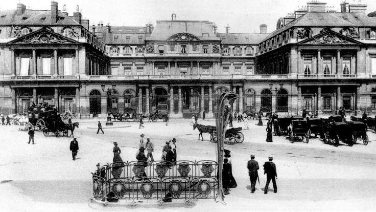 Vers 1900, la station de métro du Palais royal.