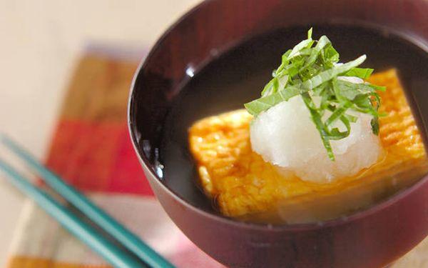 """卵焼きと聞くと""""お弁当のおかず""""という印象がありますが、だし巻き卵にすると立派な夕食の一品となるから不思議です。今回ご紹介するレシピは、だし巻き卵に大根おろし、という鉄板の組み合わせはそのままに、ちょっとしたひと手間を…"""
