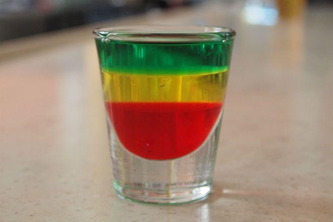 7 тропических коктейлей, которые можно легко приготовить по случаю Дня Ямайки.