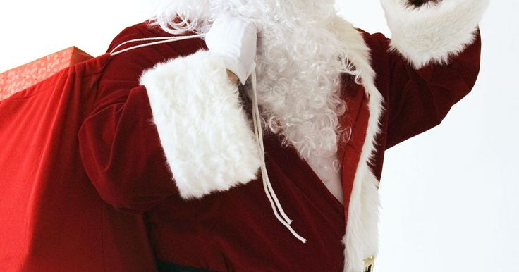 Cómo hacer un disfraz de papá Noel para niños. La navidad es una época especial para niños y adultos. Para hacer esta temporada más alegre, haz que tus chicos se vistan con su propio disfraz de papá Noel. No tienes que ir a una tienda de disfraces a comprarlo. En lugar de eso, puedes hacerlo simplemente utilizando un saco rojo y añadiendo algunos accesorios para hacer que la apariencia de papá ...