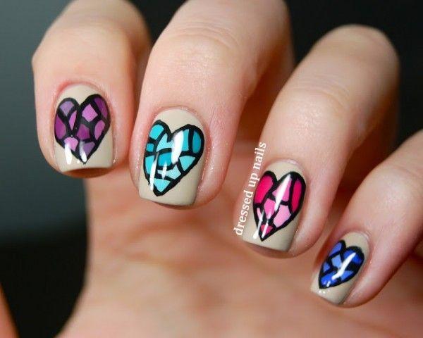Unhas decoradas com corações coloridos